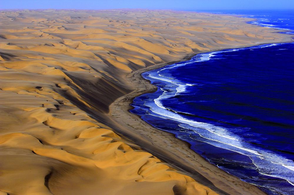 Região costeira da Namíbia, onde o deserto encontra o mar.